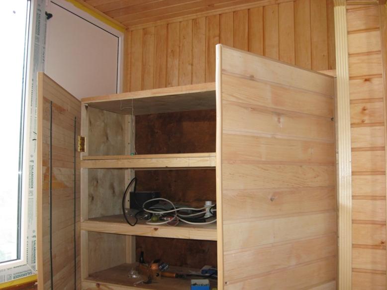 Фанерный небольшой шкаф