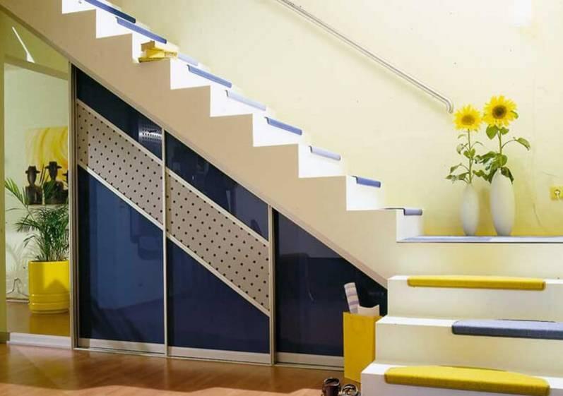 Глянцевый шкаф под лестницей