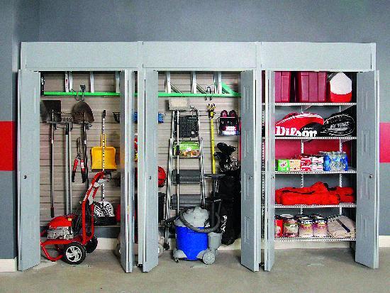 Хранение инвентаря в шкафах с дверцами
