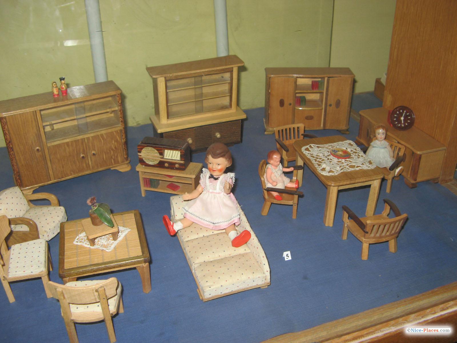 Игрушечная мебель из дерева