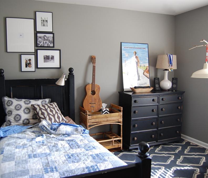 Интерьер подростковой спальни мальчика подростка с серыми стенами