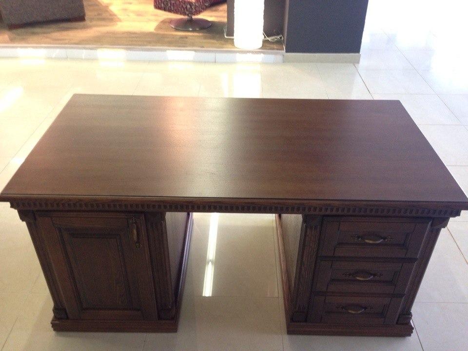 Кабинетный удобный стол