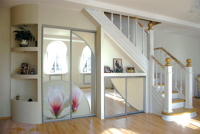 Как использовать площадь под лестницей