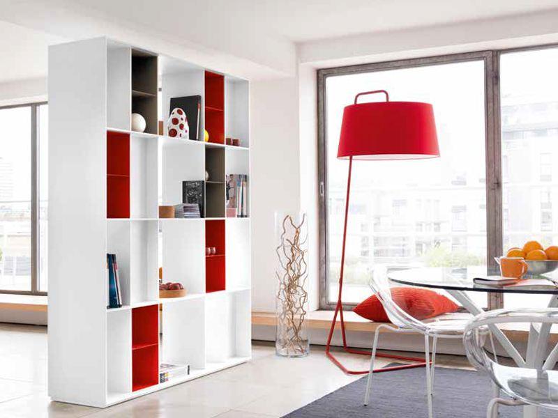 Книжные шкафы в интерьере квадратной комнаты