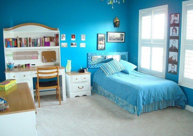 Комната с ярко-голубыми стенами