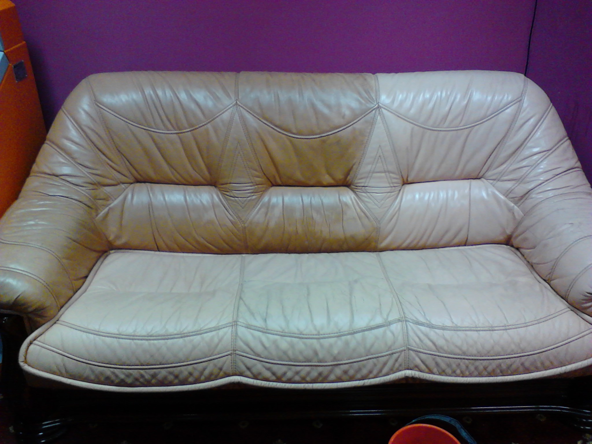 Кожаный диван в процессе чистки