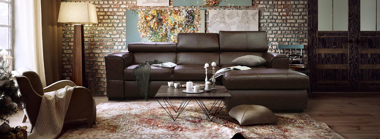 Кожаный дорогой диван в интерьере