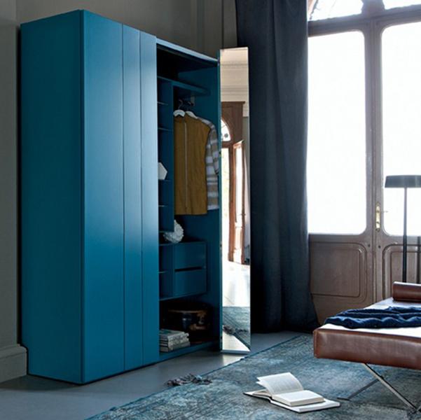 Красивый распашной шкаф для одежды