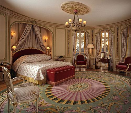 Красная шикарная кровать