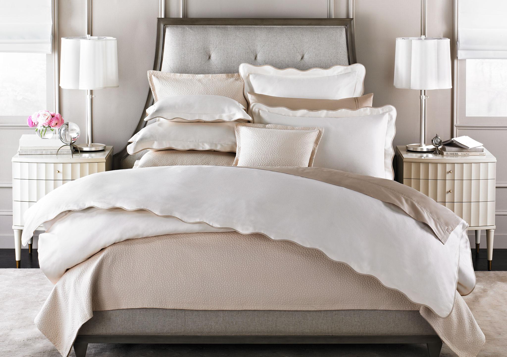 Кровать с мягким матрасом
