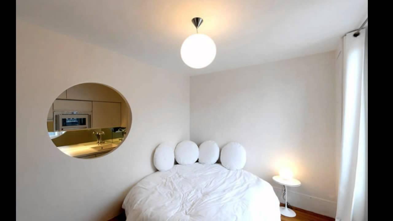 Круглая кровать в углу комнаты