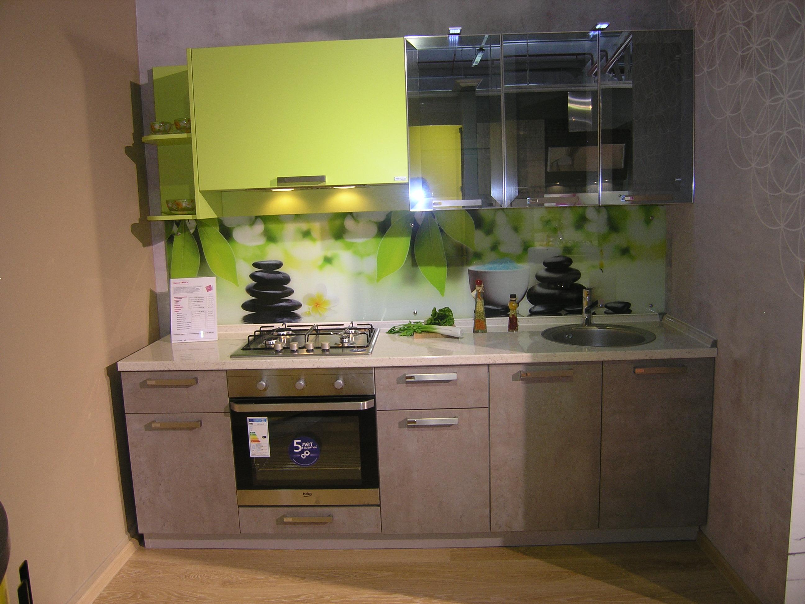 Кухня со столешницей и стеновой стеклянной панелью