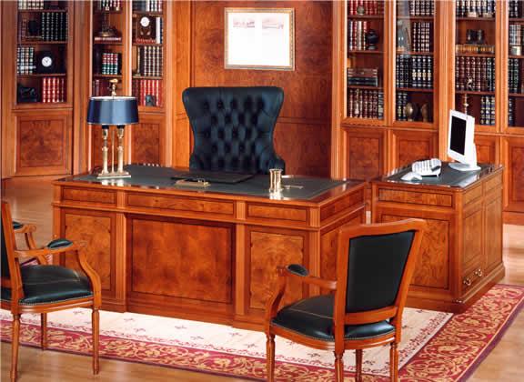 Мебель из натурального дерева в личном кабинете
