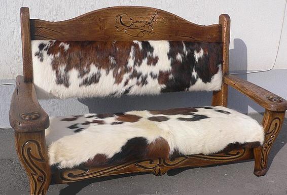 Мягкий диван с натуральной шкурой