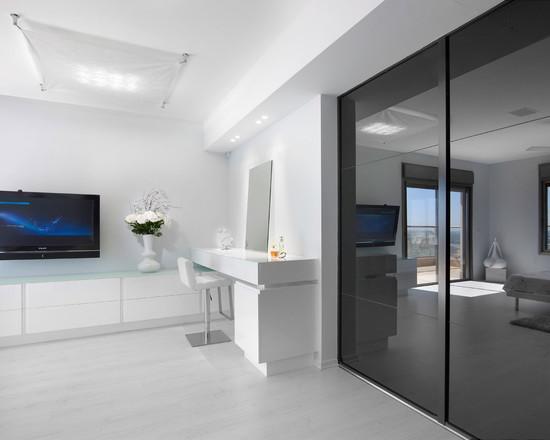 На фоне зеркальных черных дверей шкафа-купе белый цвет мебели
