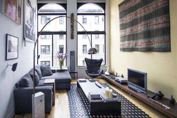 Небольшая гостиная с яркой мебелью