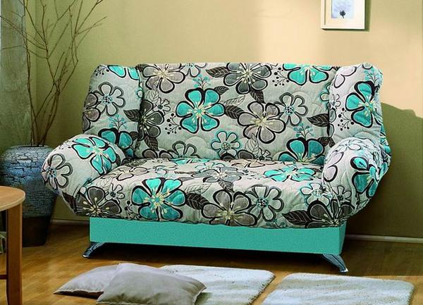 Небольшой диван голубого цвета