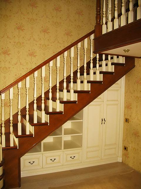 Небольшой шкаф под лестницей