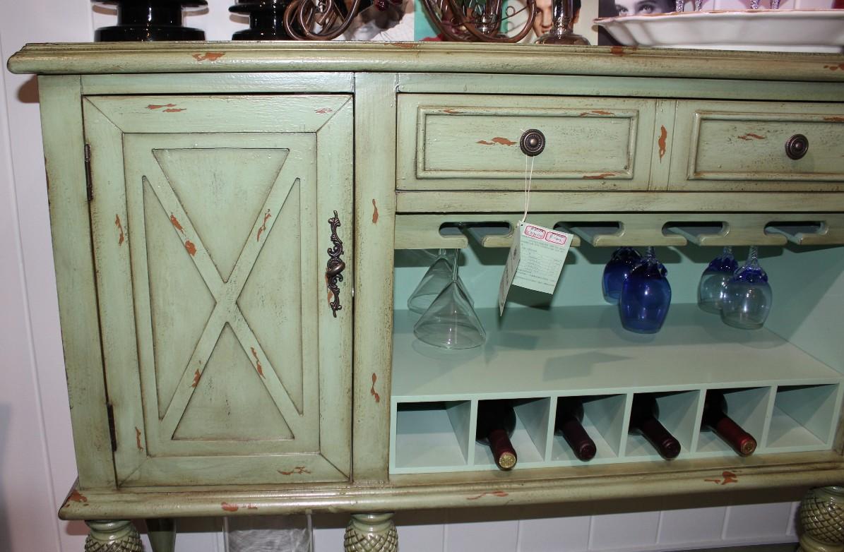 Небольшой шкафчик с эффектом состаривания