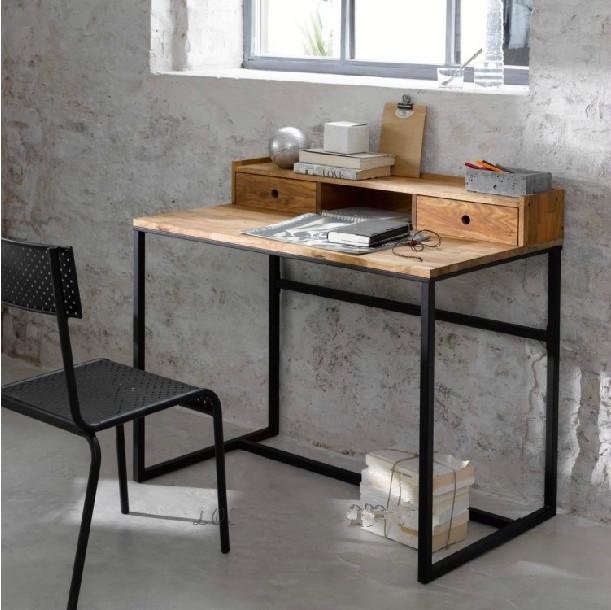 Необычный деревянный столик для зала