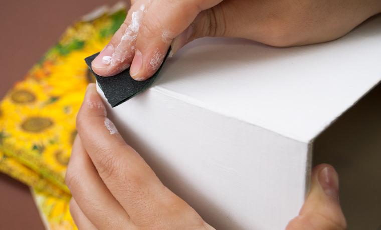 Обработка картона наждачкой