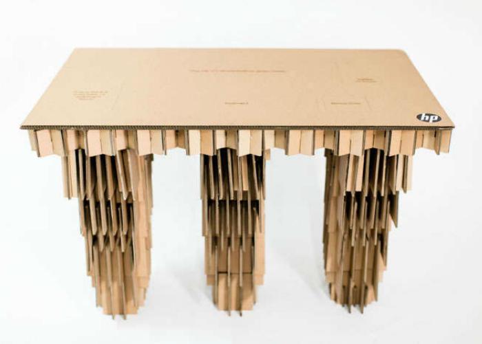 Очень крепкий и удобный стол из картонной коробки