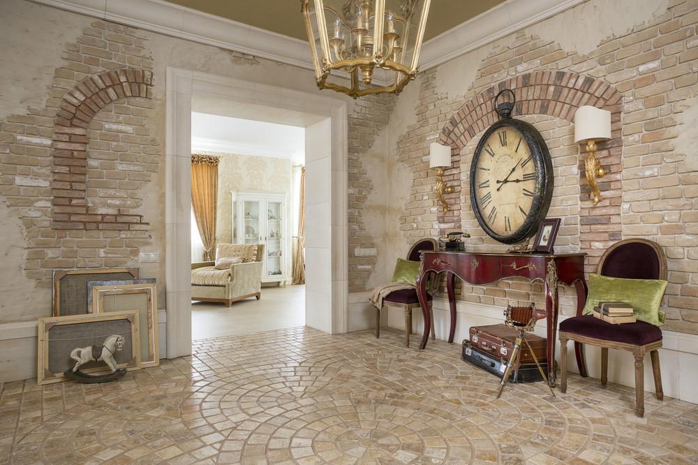Оригинальные часы в интерьере комнаты