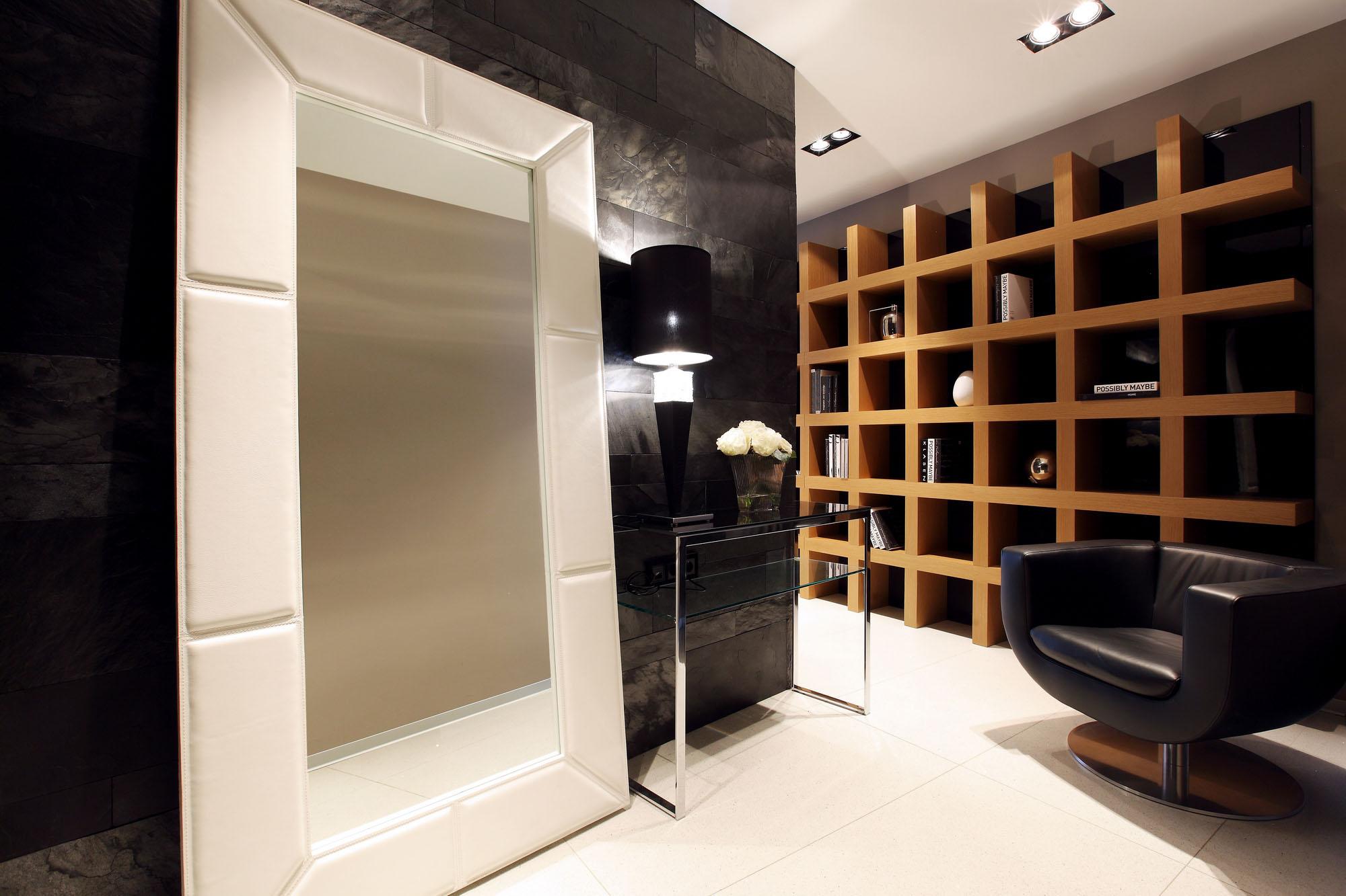 Открытые полки в интерьере просторной комнаты