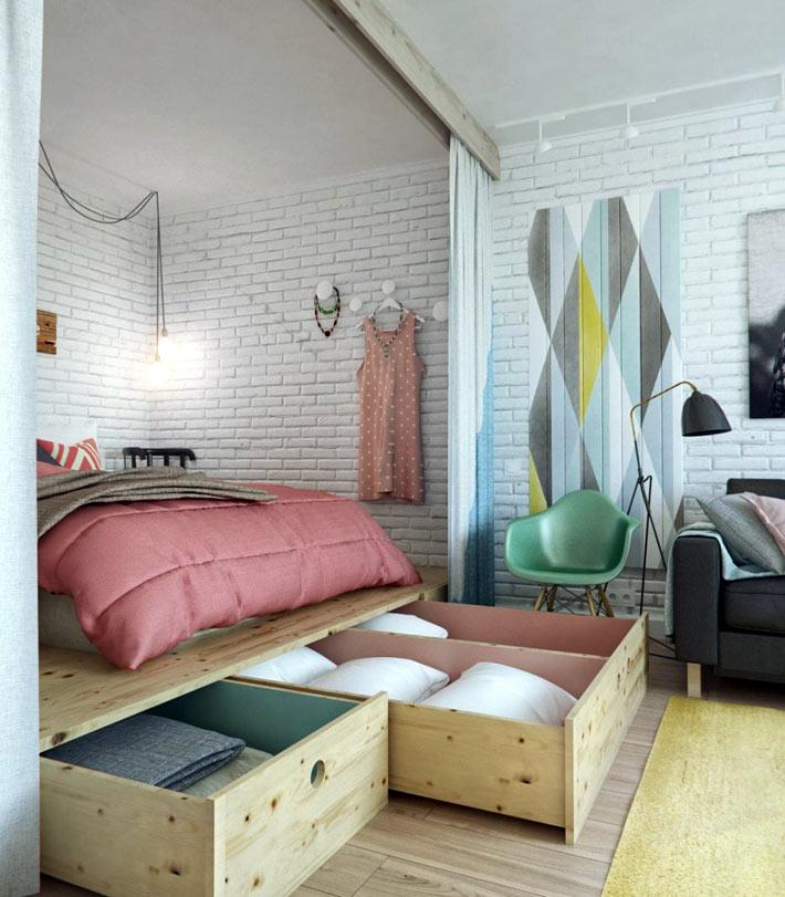 Практичный подиум в комнате с ящиками