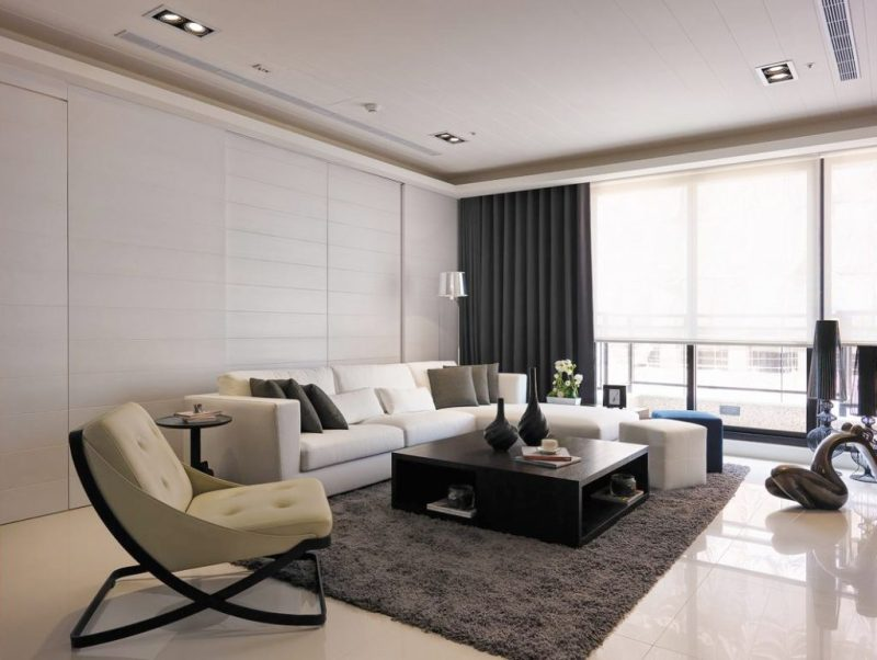 Применение белого дивана в гостиной
