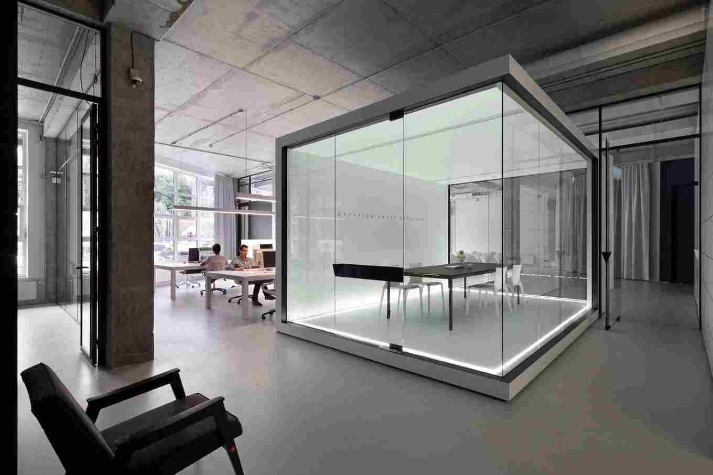 Применение стекла в офисной комнате