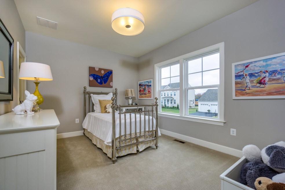 Просторная комната с приятным интерьером
