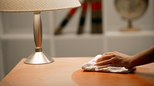 Протираем мебель составом