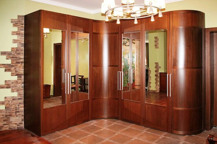 Радиусные шкафы-купе с распашными дверями