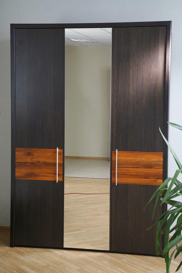 Шкаф трехстворчатый, дизайнерские особенности и внутреннее н.