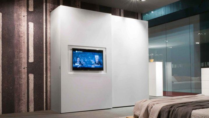 Шкаф купе с нишей под телевизор, плюсы и минусы