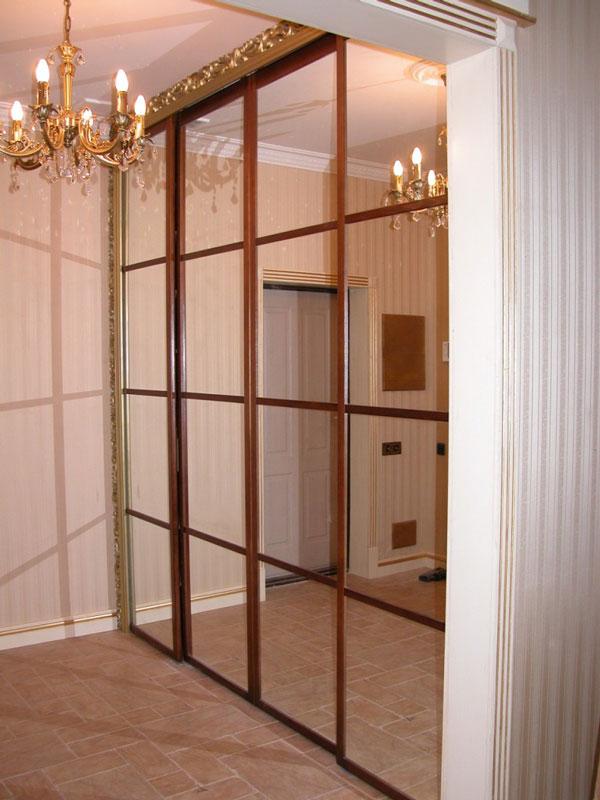Зеркальные двери для встроенного шкафа купе.