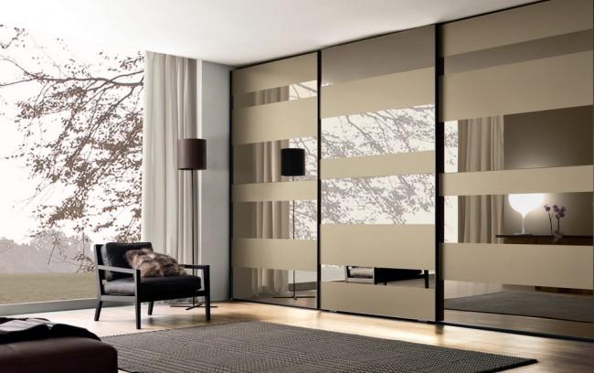 Семейный вместительный шкаф-купе с дверями-зеркалами
