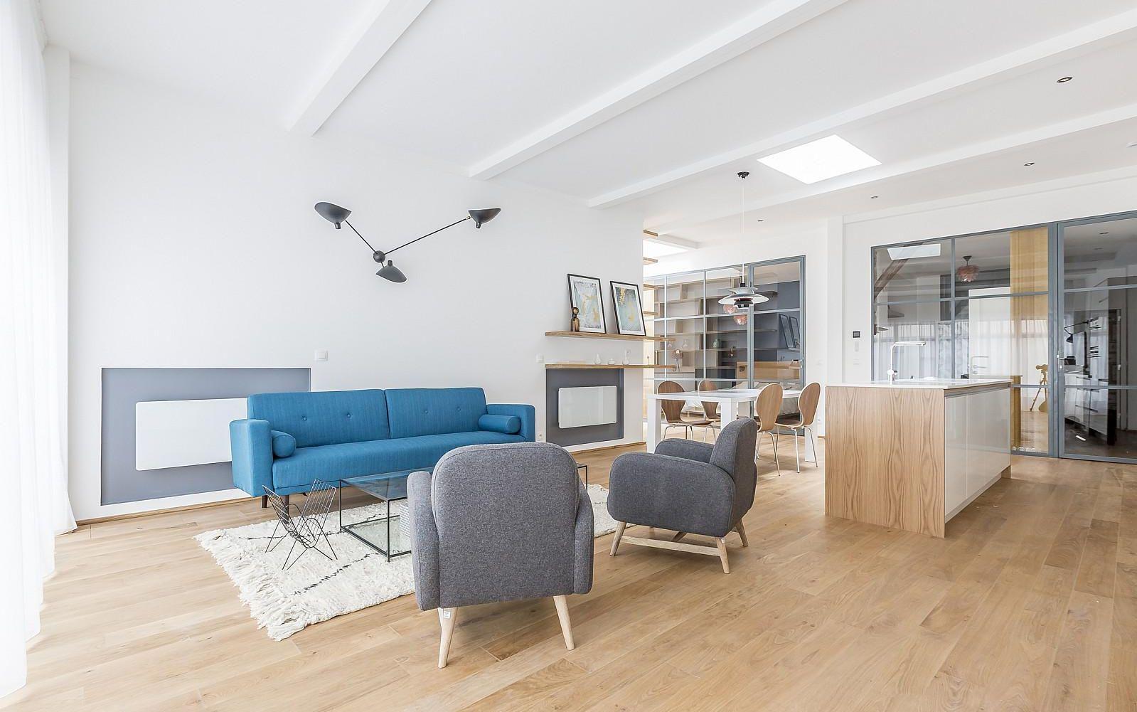 Синий диван в доме