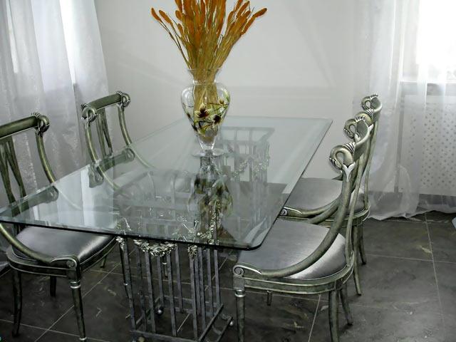 Сочетание металла и стекла мебели