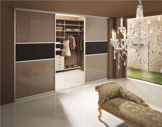 Современный шкаф-купе, встроенный в нише комнаты