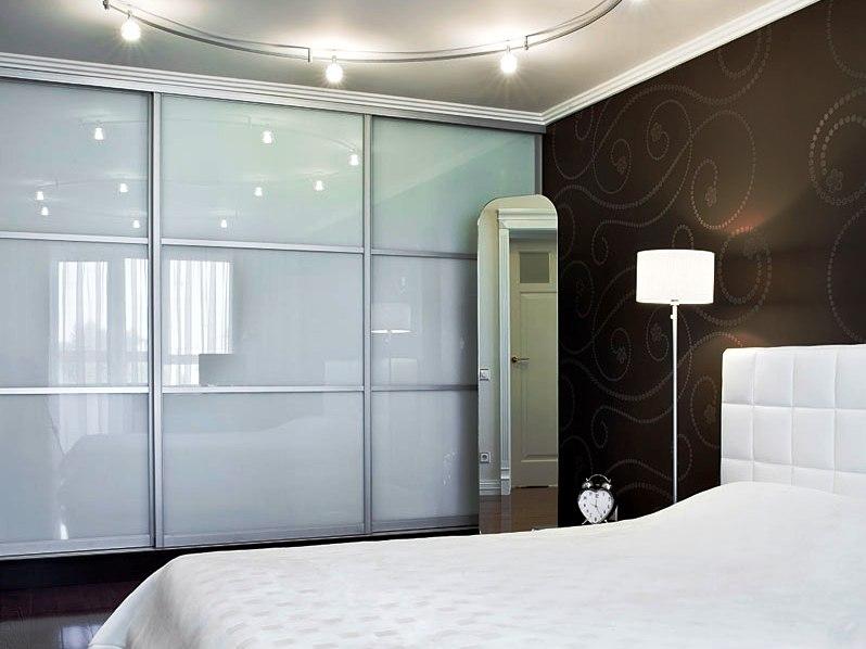 Спальня с современным шкафом купе