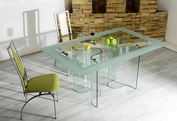 Стеклянная мебель с оригинальным декором