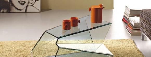 Стеклянная мебель в интерьере зала