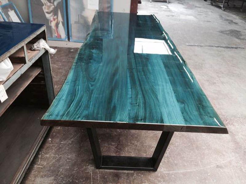 Стол голубого цвета