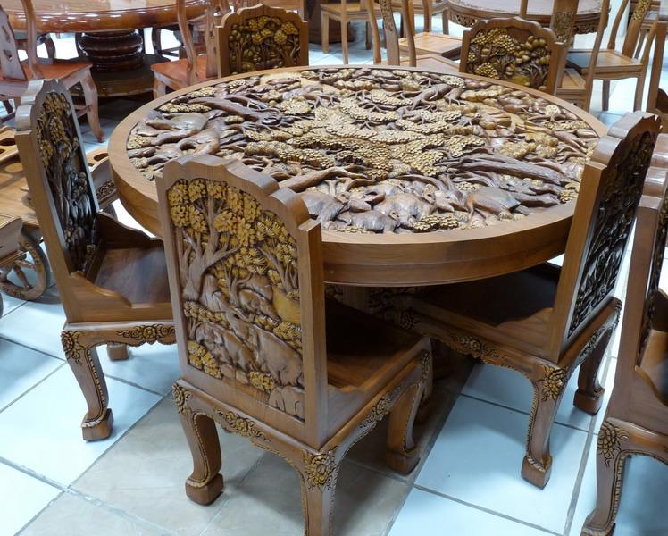 Стол с декоративной резьбой