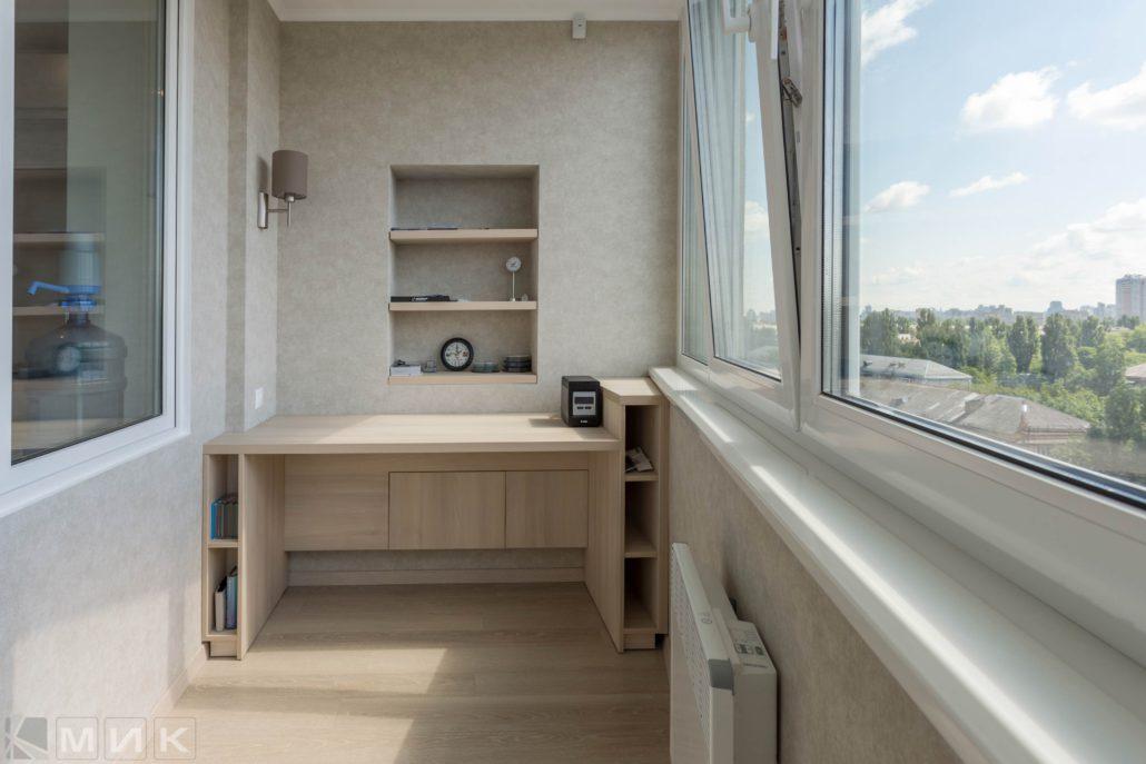Столик с открытыми ящиками