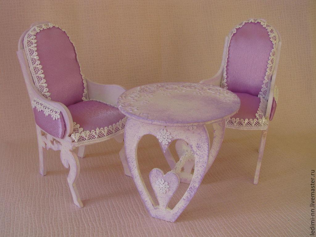Стулья и стол розового цвета