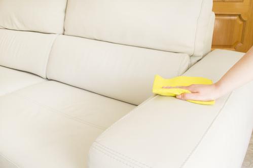 Сухая очистка дивана на основе кожи