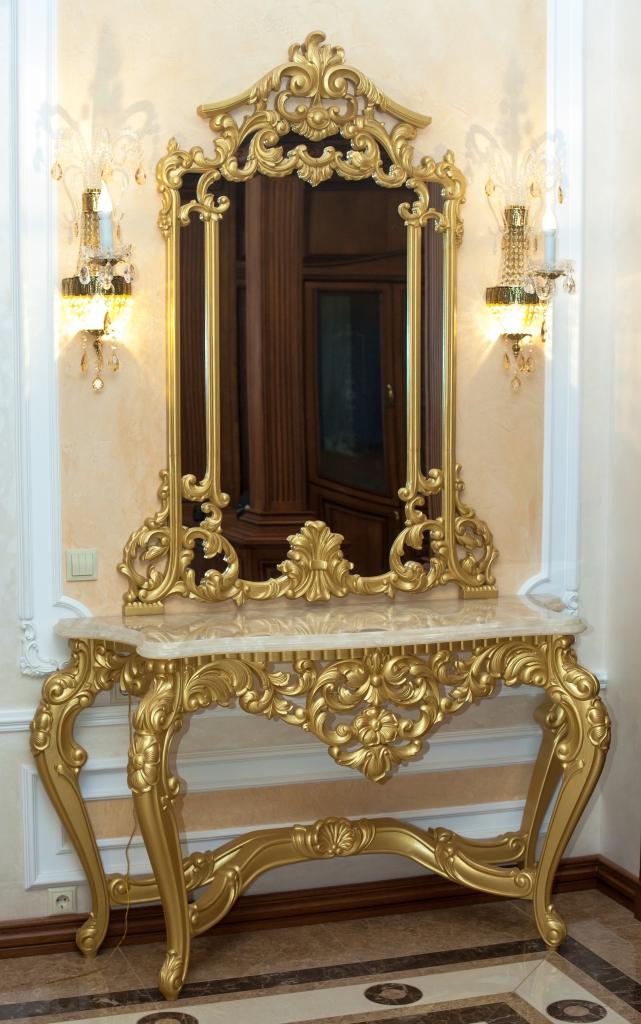 Трюмо в золотом оформлении